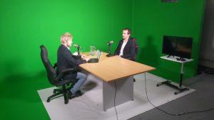 Foto z natáčení podcastu: moderátor Lukáš Smelík + Milan Sedláček